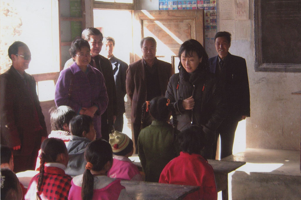 Ching speaking with elementary school students